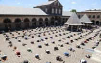 Muslims collectively performs Friday prayer, abiding by social distancing in Turkey