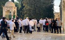 Settlers guarded by police defile Aqsa Mosque in J'lem